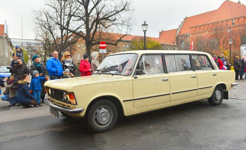 Vieille limousine polonaise Polski Fiat 125p sur un défilé de rue images libres de droits