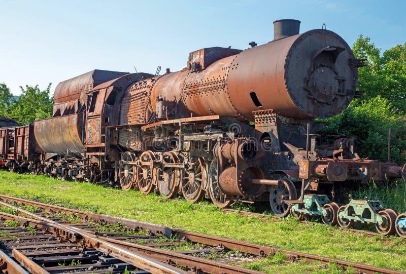 Vieille locomotive à vapeur dans la rouille image stock