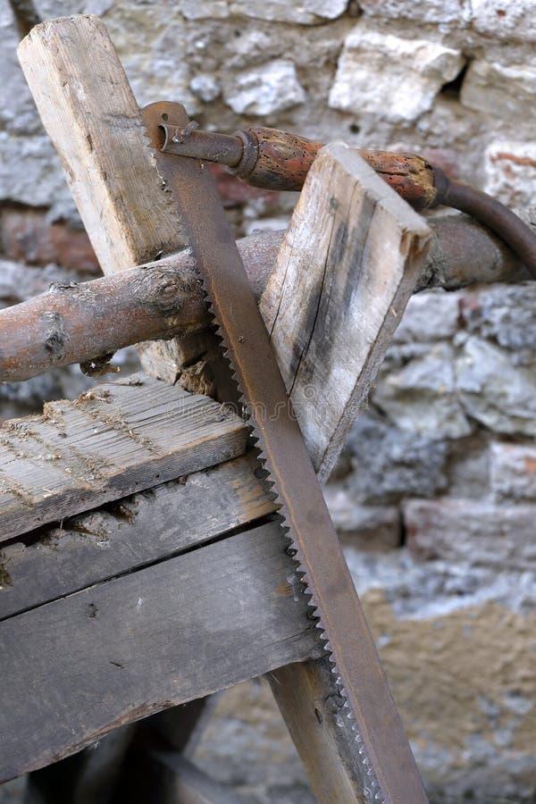 Vieille longue lame de scies en bois photo libre de droits
