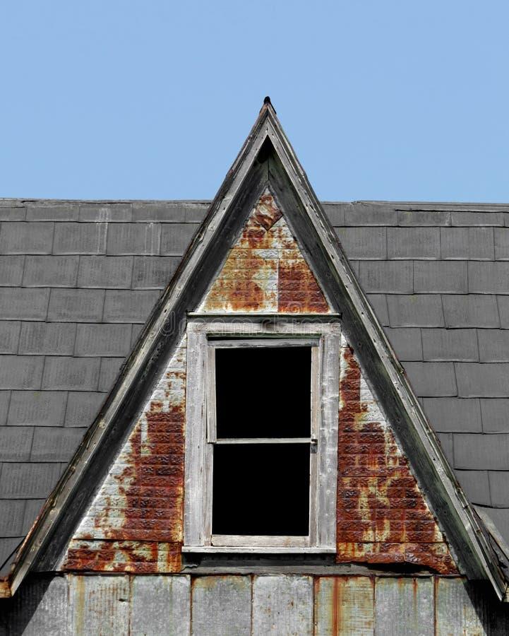 Vieille lucarne raide de toit avec la fenêtre image libre de droits