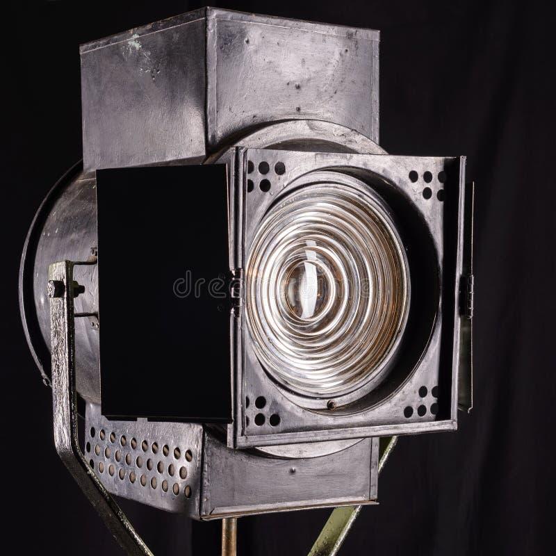 Vieille lumière de studio sur le chemin de découpage de movie Lentille de Fresnel photographie stock libre de droits