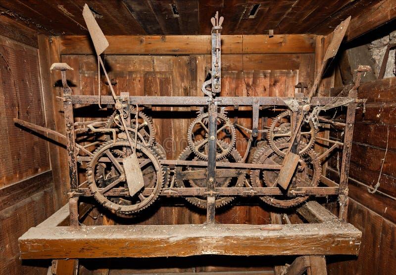 Vieille mécanique rouillée d'horloge d'église photographie stock