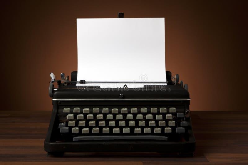 Vieille machine à écrire avec le papier blanc image libre de droits