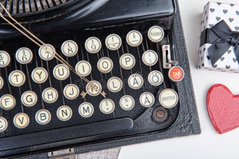 Vieille machine à écrire avec un bijou pour le Saint Valentin images libres de droits