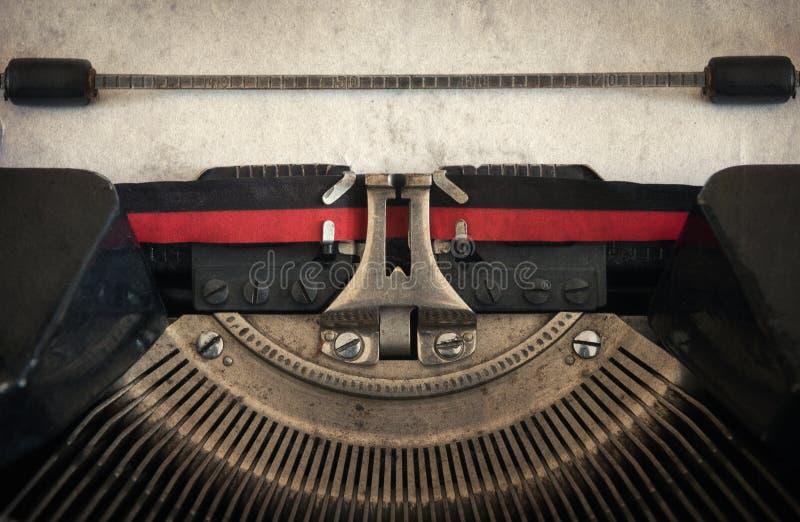 Vieille machine à écrire de vintage avec la feuille de papier L'espace pour votre texte Re photos libres de droits