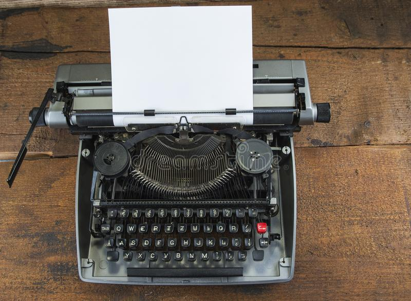 Vieille machine à écrire des années '70 avec l'espace de papier et de copie images stock