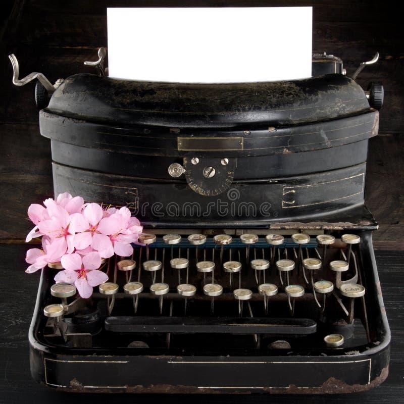 vieille machine crire noire antique de vintage avec des fleurs image stock image du rouill. Black Bedroom Furniture Sets. Home Design Ideas
