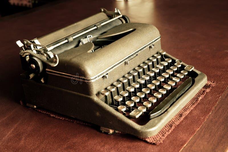 Vieille machine à écrire sur la table photos stock
