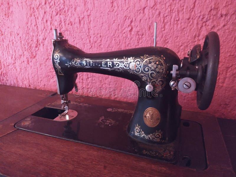 Vieille machine à coudre noire dans le premier plan photographie stock