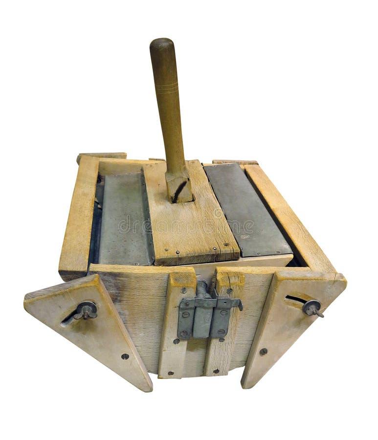 Vieille machine à laver tenue dans la main en bois d'isolement au-dessus du blanc photo stock