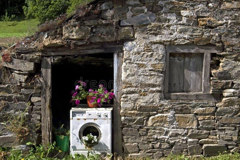 Vieille machine à laver utilisée comme planteur images stock