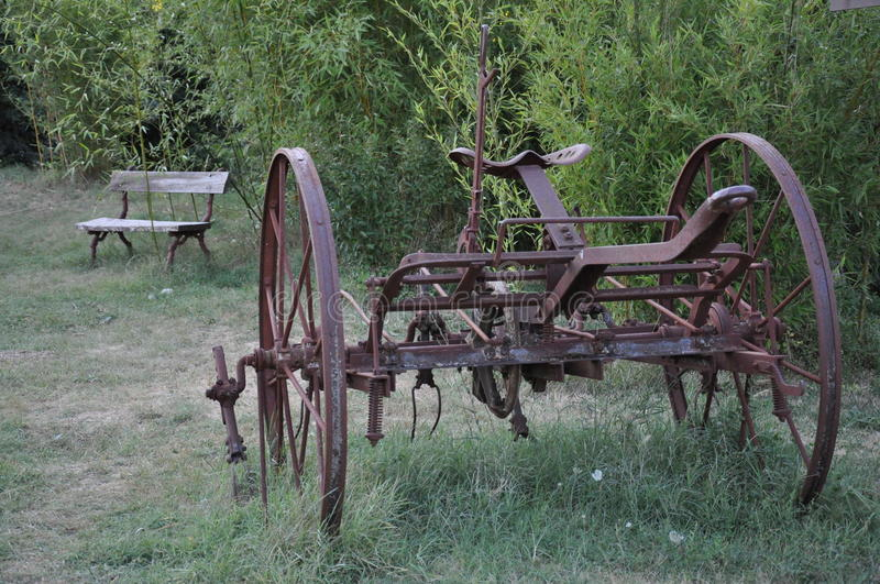 Vieille machine agricole rouge photographie stock