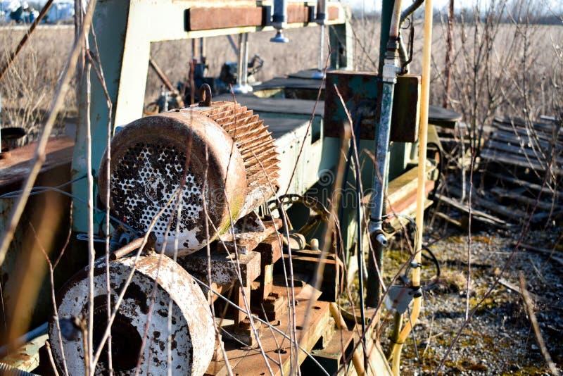 Vieille machine de développement utilisée de pierre rouillée en métal photo stock