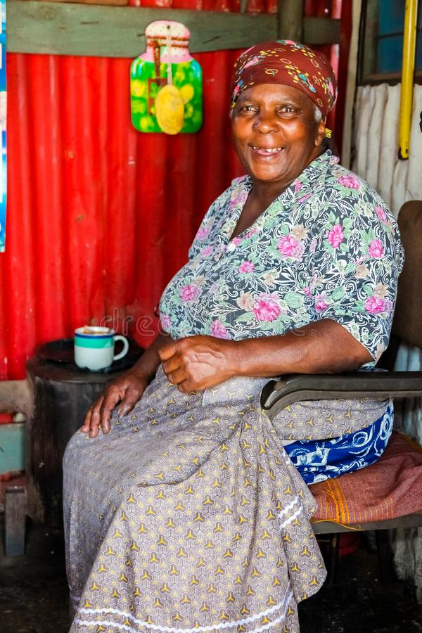 Vieille Madame africaine douce dans la maison à faibles revenus de Soweto image stock