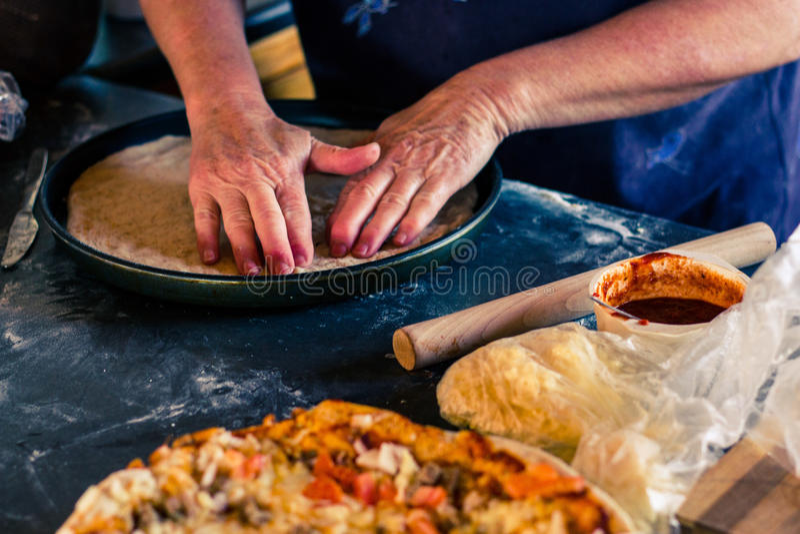 Vieille Madame Making Pizza image stock