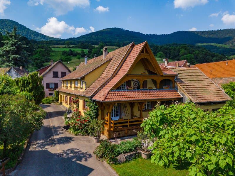 Vieille mais rénovée maison de village dans la vue aérienne de campagne images stock
