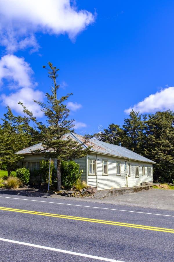 Vieille maison à côté d'une route photos libres de droits