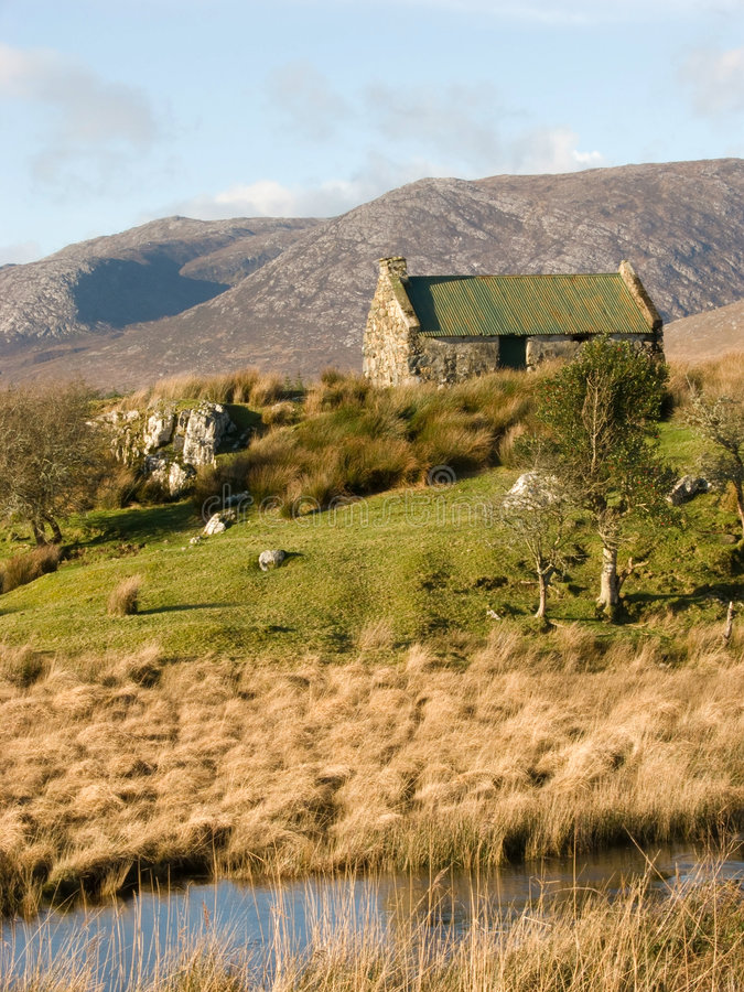 Vieille maison à une crique en Irlande photo stock