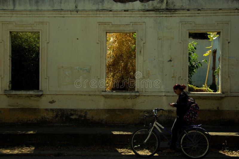 Vieille maison abandonnée, avec intérieur rentrée le buisson, au centre de Pirapora, Minas Gerais, Brésil image stock