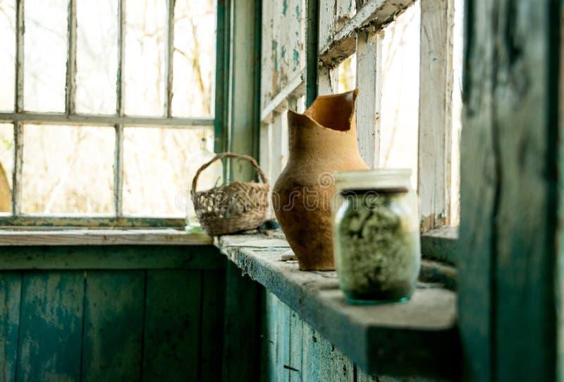 Vieille maison abandonnée détruite et plats cassés Zone d'exclusion de catastrophe nucléaire de Chernobyl photographie stock