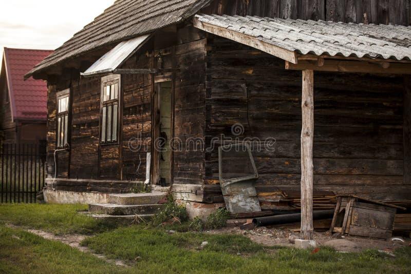 Vieille maison abandonnée dans Aleksicze, Pologne images stock