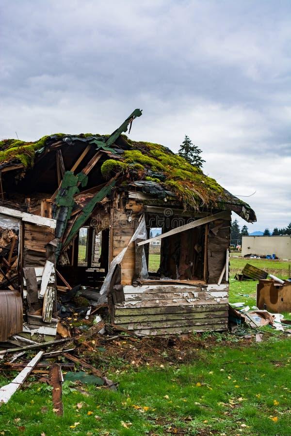 Vieille maison abandonnée dans le délabrement le jour d'automne Maison ruinée avant démolition finale image libre de droits