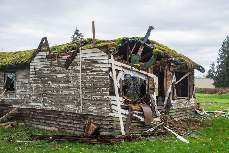 Vieille maison abandonnée dans le délabrement le jour froid d'automne photos stock