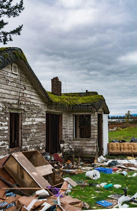 Vieille maison abandonnée dans le délabrement le jour froid Maison ruinée avant démolition finale photos stock