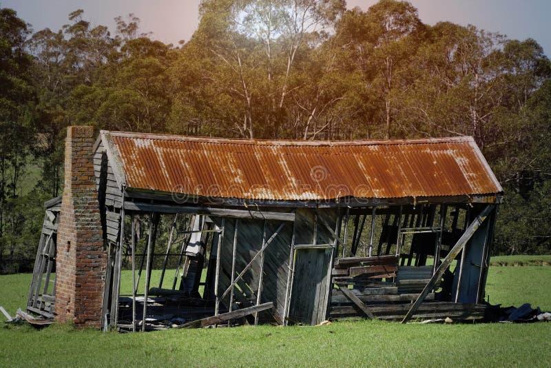 vieille maison abandonnée de ferme de bois de construction abandonnée dans la campagne images stock