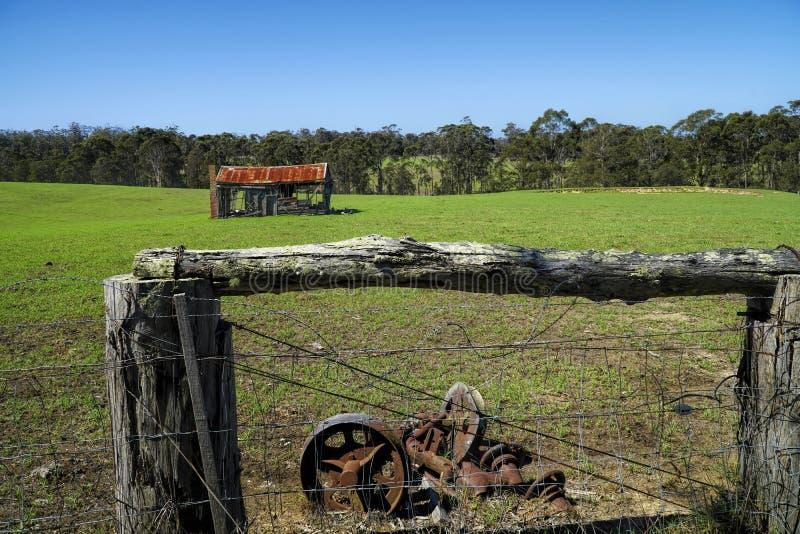 vieille maison abandonnée de ferme de bois de construction abandonnée dans la campagne photo libre de droits