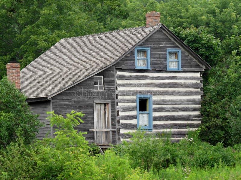 Vieille maison abandonnée en bois photographie stock libre de droits