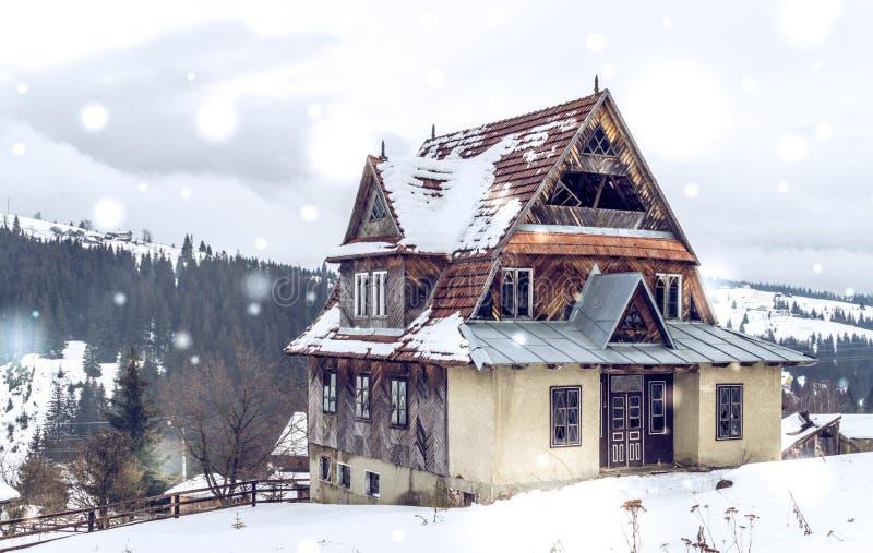 Vieille maison abandonnée sur une colline Hiver dans les montagnes carpathiennes photographie stock