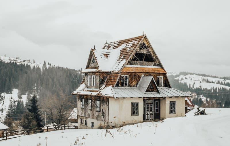 Vieille maison abandonnée sur une colline Le village dans les montagnes carpathiennes photo stock