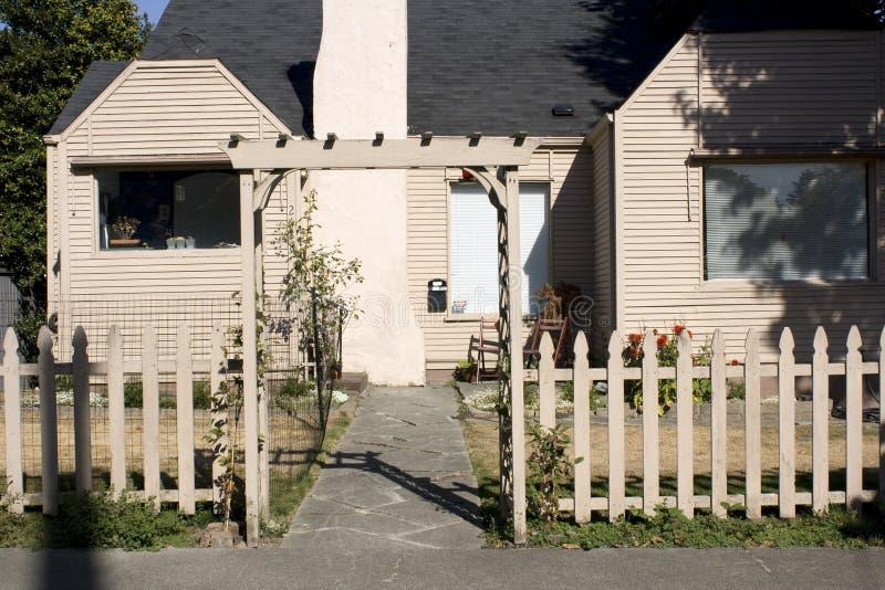 Vieille maison avec la porte japonaise image stock