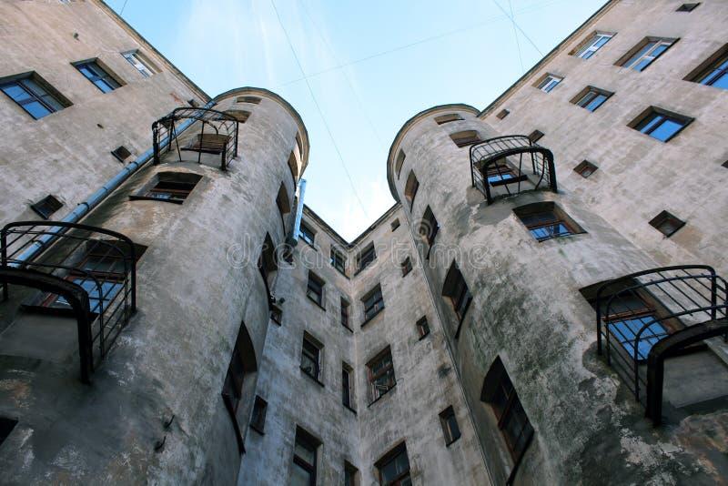 Vieille maison avec le balcon cassé image libre de droits