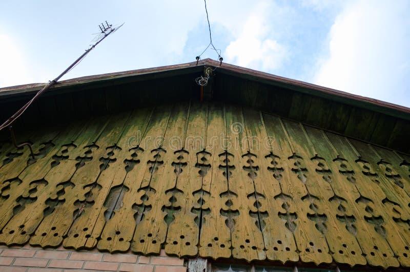 Vieille maison avec les ornements découpés en bois de mur image stock