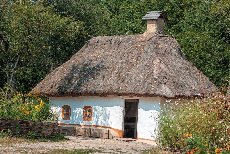 Vieille maison avec un toit couvert de chaume dans le for Exterieur vieille maison