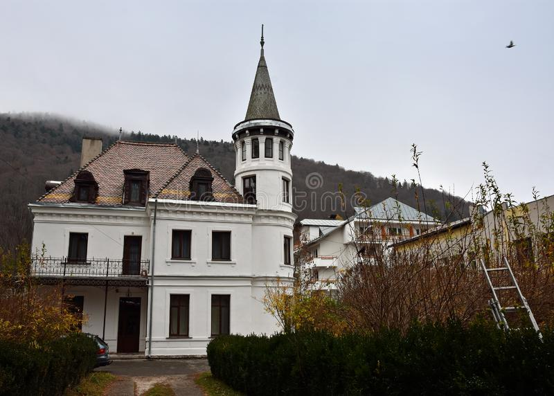 Vieille maison blanche dans Sinaia images libres de droits