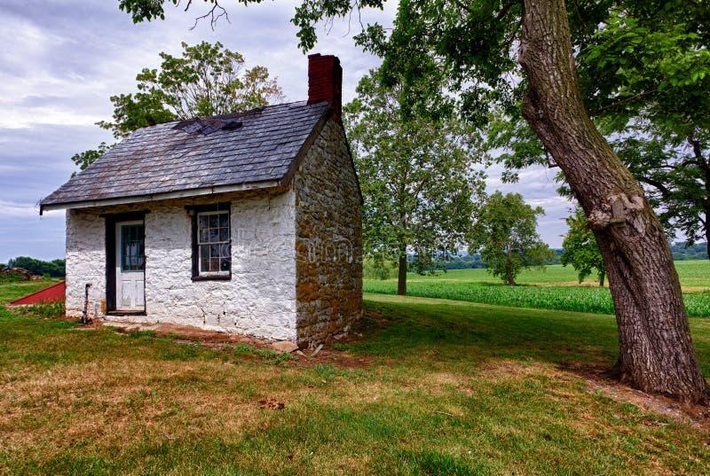 Vieille maison blanche sur des terres cultivables photos libres de droits