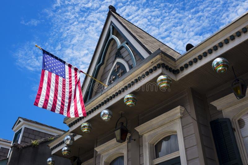 Vieille maison colorée avec le drapeau américain dans le quartier français dans la ville de la Nouvelle-Orléans, Louisiane images stock