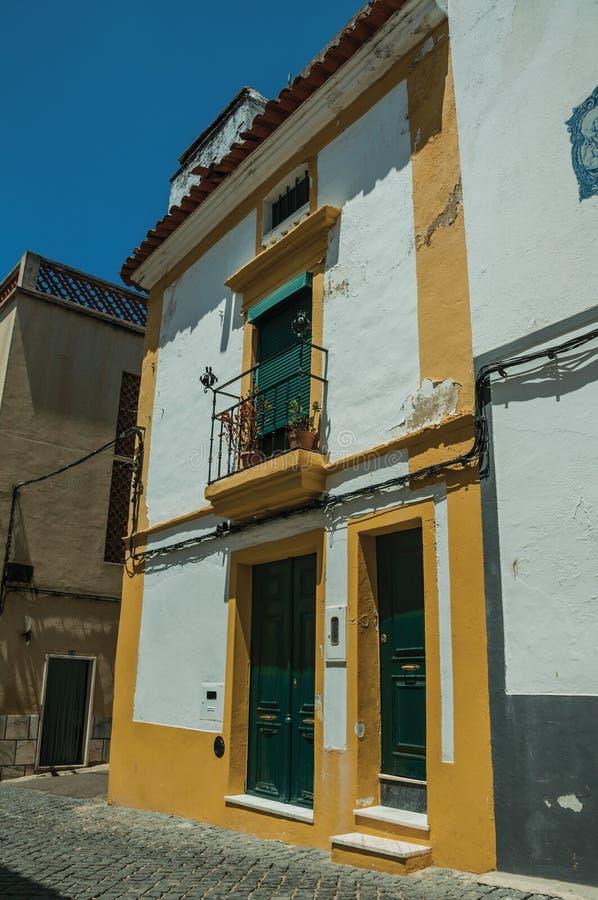 Vieille maison colorée avec le plâtre et la terrasse rugueux photo libre de droits