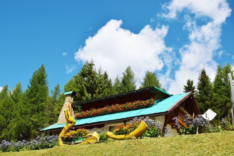 Vieille maison dans Cadore, montagnes de Dolomity, Italie photographie stock libre de droits