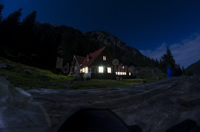 Vieille maison dans la nuit de montagnes photos libres de droits