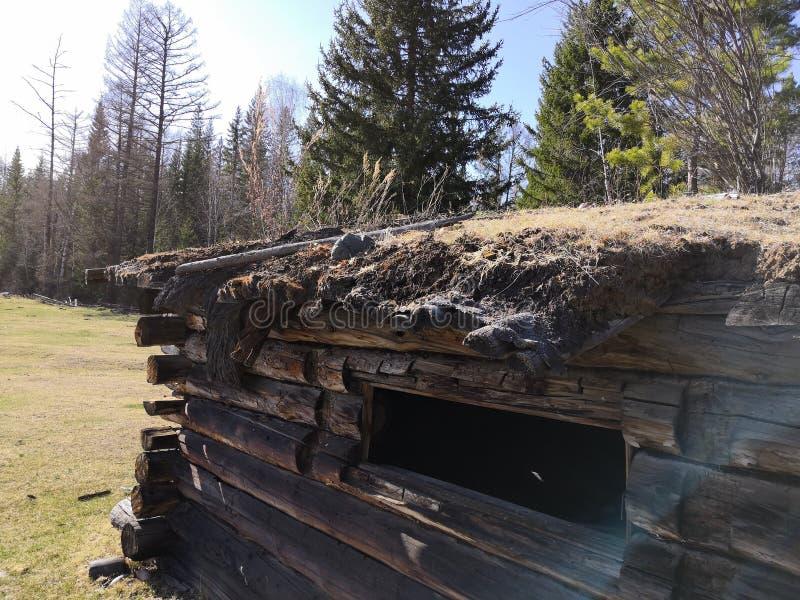 Vieille maison de bois de construction, logement abandonné photographie stock libre de droits