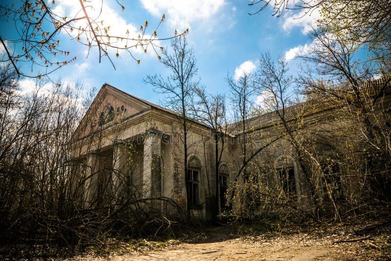 Vieille maison de campagne abandonnée dans la zone d'exclusion Conséquences de la catastrophe nucléaire de Chernobyl image libre de droits