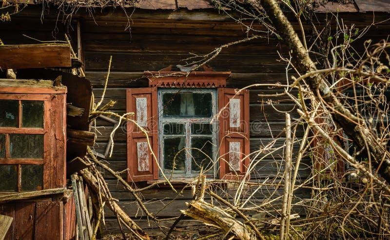Vieille maison de campagne abandonnée dans la zone d'exclusion Conséquences de la catastrophe nucléaire de Chernobyl image stock