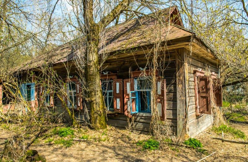 Vieille maison de campagne abandonnée dans la zone d'exclusion Conséquences de la catastrophe nucléaire de Chernobyl photographie stock libre de droits