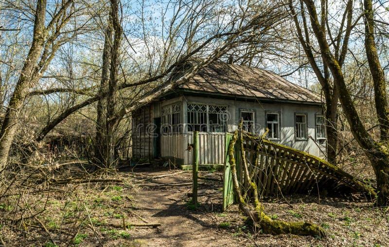 Vieille maison de campagne abandonn?e dans la zone d'exclusion Cons?quences de la catastrophe nucl?aire de Chernobyl images libres de droits