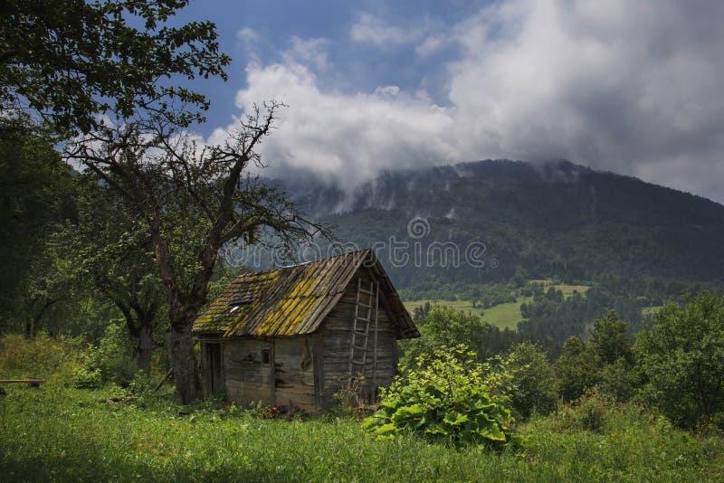 Vieille maison de campagne ruinée dans la montagne images libres de droits