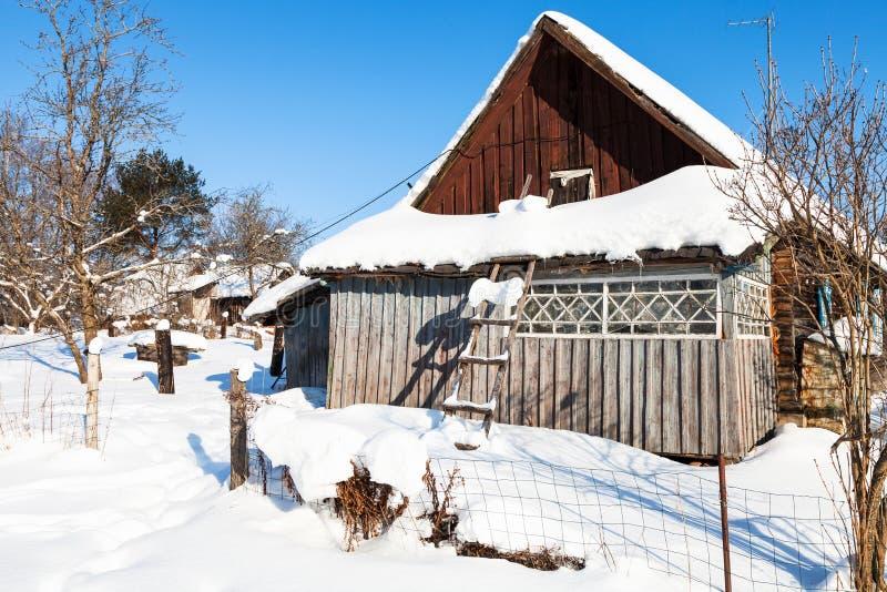 vieille maison de campagne russe dans le jour d'hiver ensoleillé photo stock